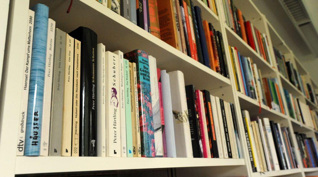 Der Bildausschnitt zeigt Bücherregale mit vielen Büchern.